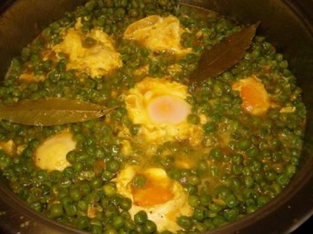 Huevos con chícharos