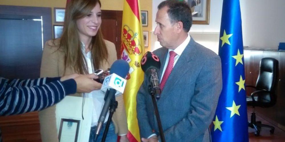El alcalde recibe a la fotógrafa chiclanera Nely Ariza