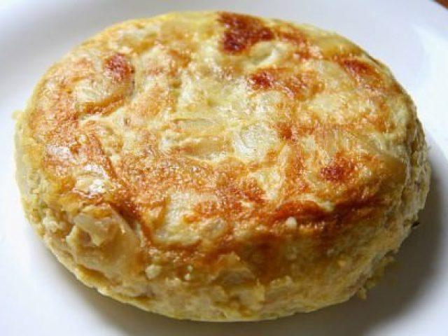 Tortilla de patatas con cebolla y pimientos