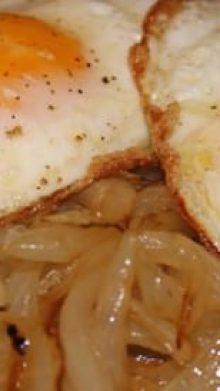 Huevos fritos con cebolla