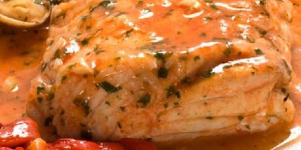 Merluza en salsa verde con puré de pimientos