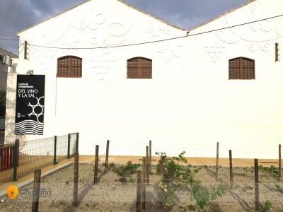 Aspecto exterior de la antigua bodega que alberga el Centro de Interpretación del Vino y de la Sal